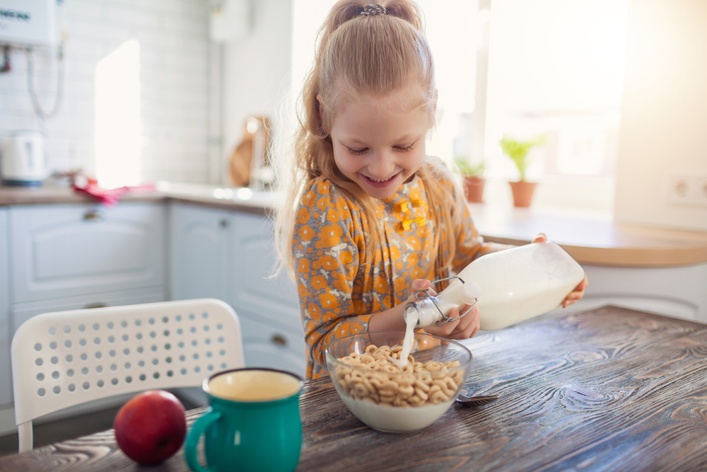 Shutterstock_567820042 cute little girl eating cereal with the milk at home