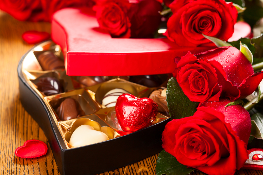 Shutterstock_162573713 Heart shaped box of chocolate truffles with red roses