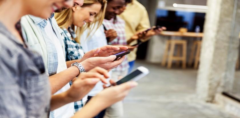 Des personnes regardent leurs téléphones cellulaires