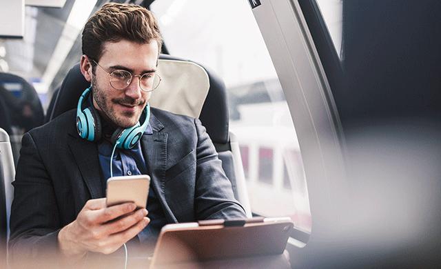 Une homme travaille sur son ordinateur portable dans un train