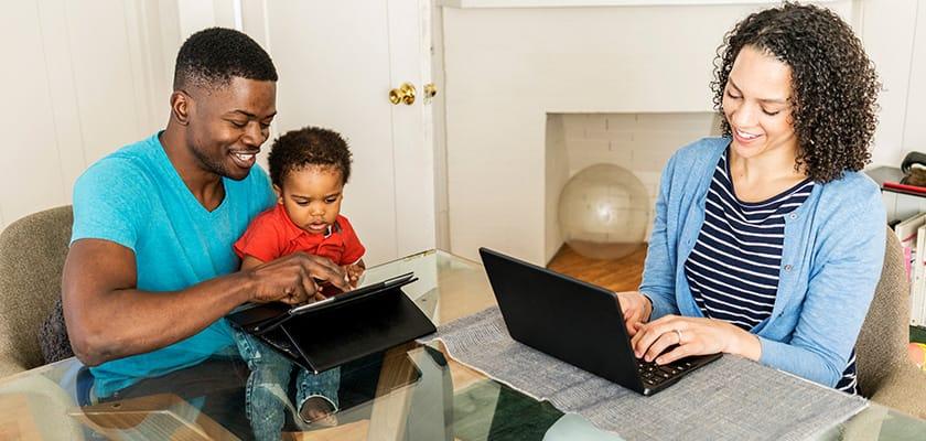 Une famille travaillant à la maison