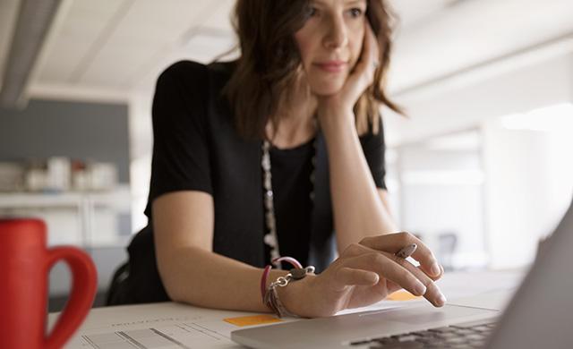 Une femme travaille sur un ordinateur portable