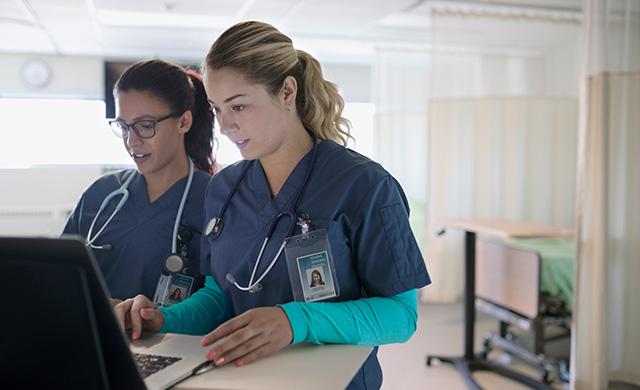 Deux médecins regardent l'écran d'un ordinateur