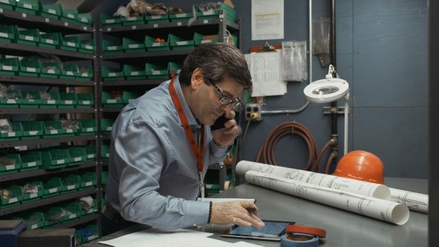 Un homme parle au téléphone