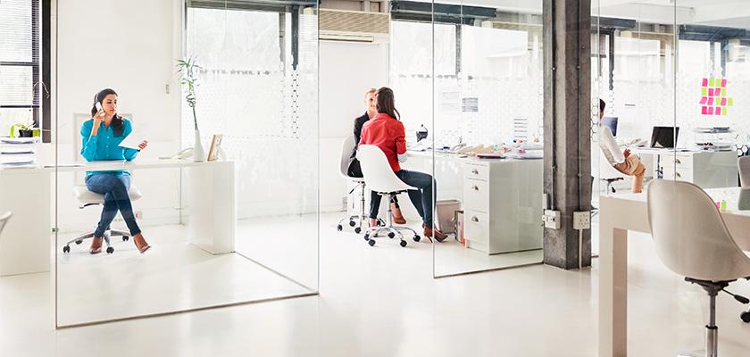Des employés dans un bureau