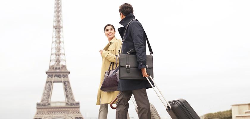 Un homme et une femme marchent devant le tour Eiffel