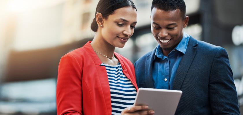 Un homme et une femme regardent une tablette