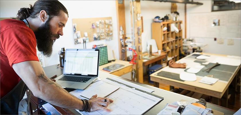 Homme qui travaille dans un atelier