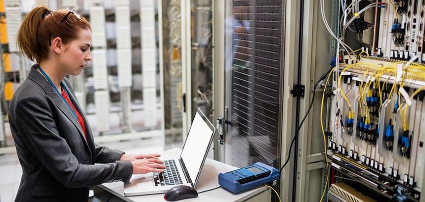 Une femme tape sur un ordinateur portable