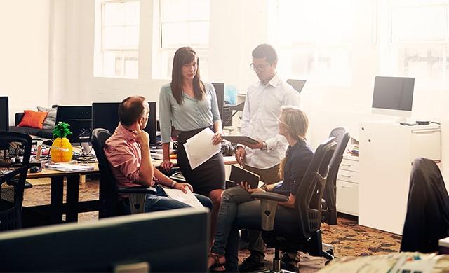 Des employés parlent dans un bureau