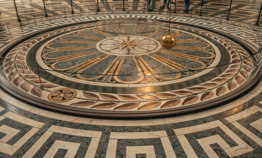 Foucault pendulum with simple harmonic motion