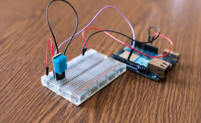 A temperature hysteresis controller and a microcontroller