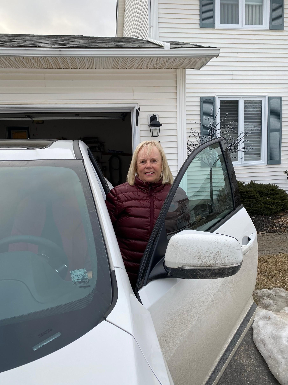 La Dre Ann Collins monte dans sa voiture