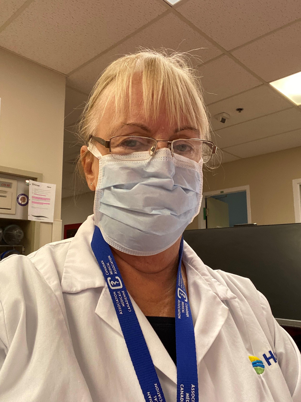 La Dre Collins porte un masque à l'hôpital