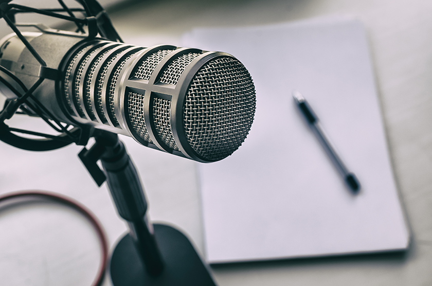 microphone-on-desk-for-podcast