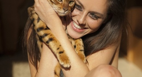 @shytown89 playing with my pussy Pauley during our photo shoot!...