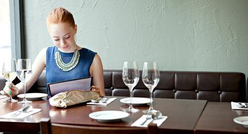 Asiknya Makan Sendiri di Restoran