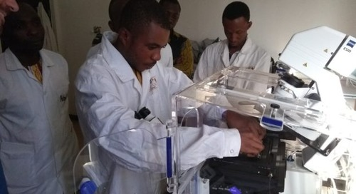 African students fascinated by the possibilities of confocal microscopy