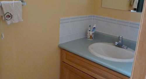 Before and After: This Blah Beige Bathroom Redo Makes a Real Splash
