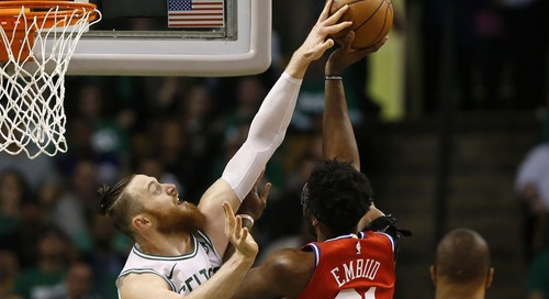 Aron Baynes leaves game vs. Sixers with left ankle injury