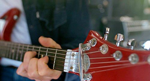 Leçon de guitare en cours.