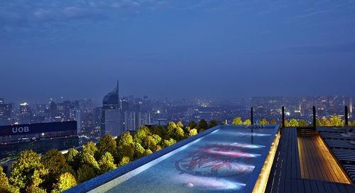 Berenang dengan Pemandangan Langit Jakarta