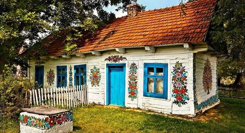 Desa yang Dipenuhi Lukisan Bunga Sejak Abad ke-19