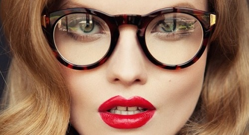 6 Kesalahan Makeup Yang Harus Dihindari Oleh Anda yang Berkacamata