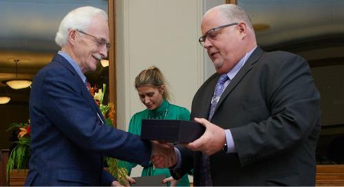 Le président d'Esri Canada reçoit un prix pour sa contribution à l'enseignement des SIG