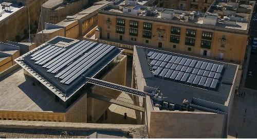 Zonne-energie die koeler blijft terwijl de aarde opwarmt