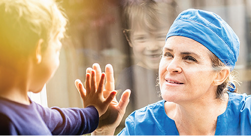 Comment parler à vos enfants de la COVID-19 si vous faites partie du personnel médical