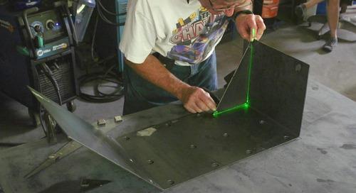 Use a montagem guiada a laser para reduzir desperdícios e retrabalho como o Bob Soldador