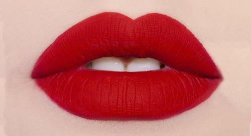 5 Cara Membuat Tampilan Bibir Matte Tetap Moist