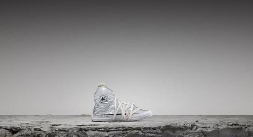 Converse met des bouteilles en plastique et des vieux jeans dans ses sneakers All Star
