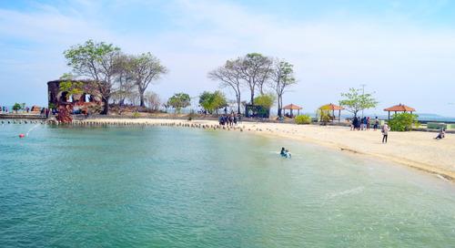 Wisata Pantai dan Sejarah di Pulau Kelor