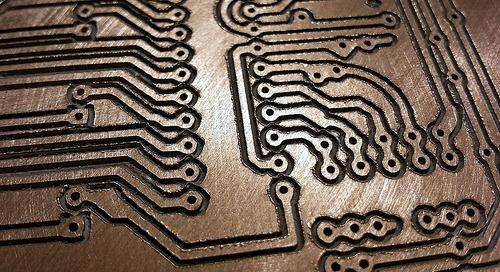 Comparaison des avantages et des inconvénients du remplissage avec du cuivre par rapport au placement manuel